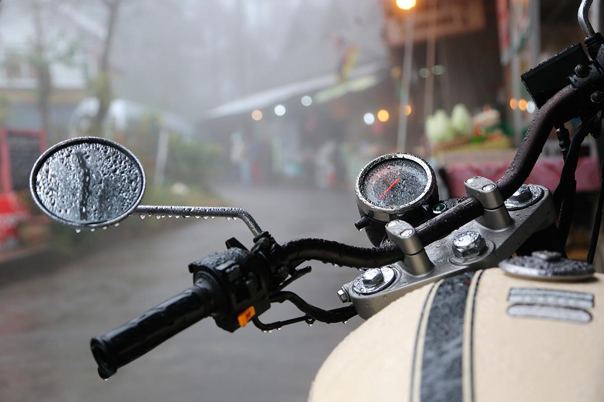 Llevar el equipo para la lluvia en la maleta nos puede salvar el viaje. Foto: Shutterstock.