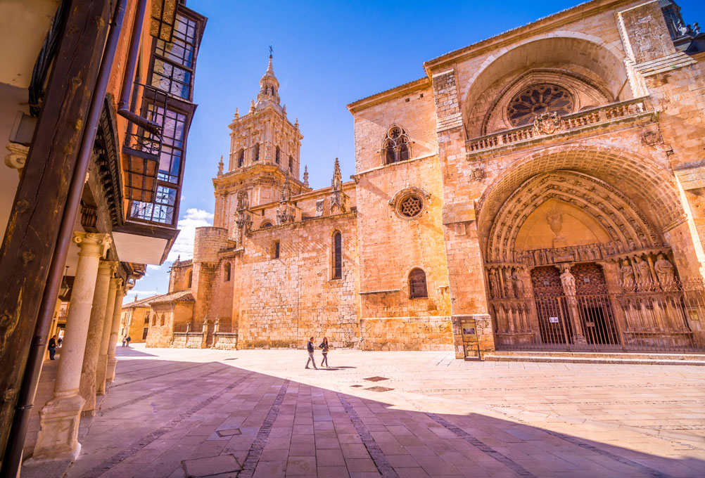 Un relajante paseo por el casco histórico de El Burgo de Osma, con la catedral en primer plano. Foto: Shutterstock.