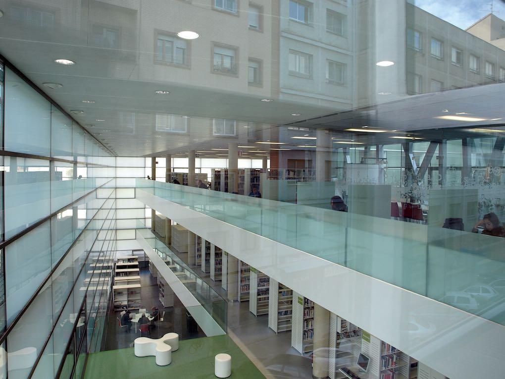 Fachada gótica e interior contemporáneo. Foto: Biblioteca Pública de Burgos.