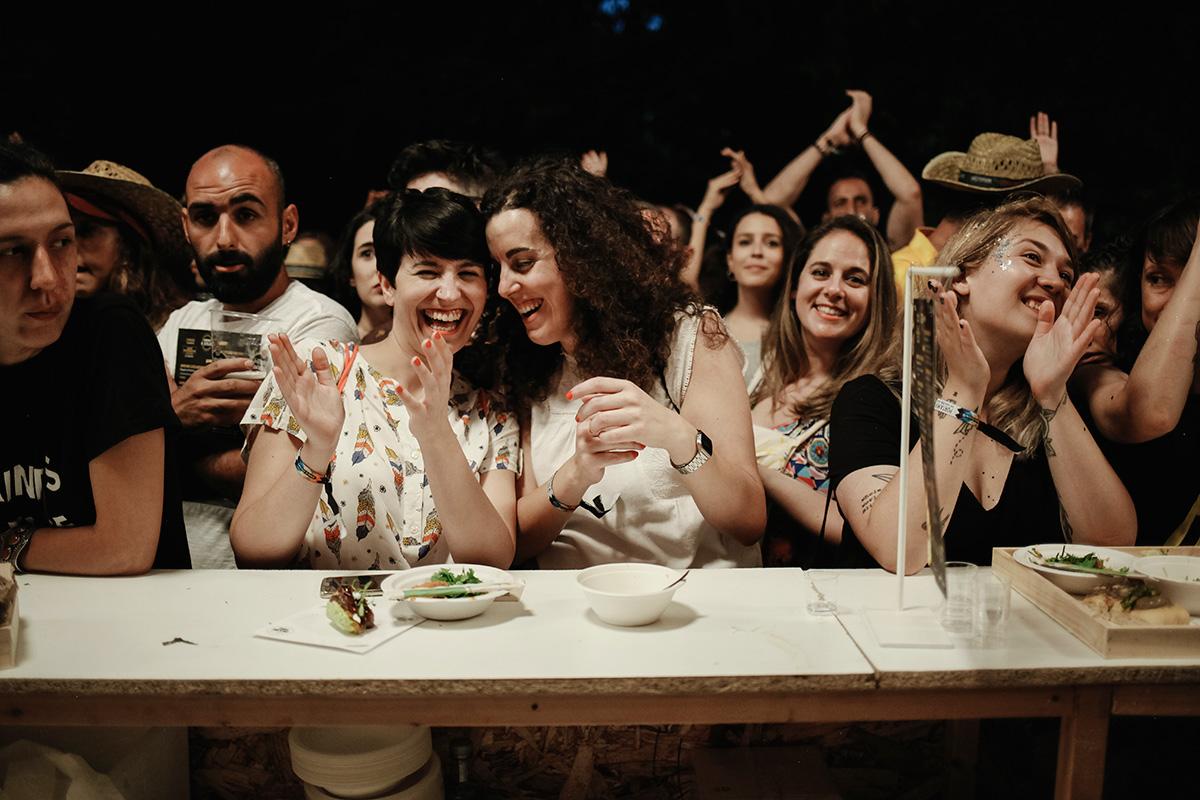 En el Show Rocking, los clientes seguían la fiesta incluso en la barra.
