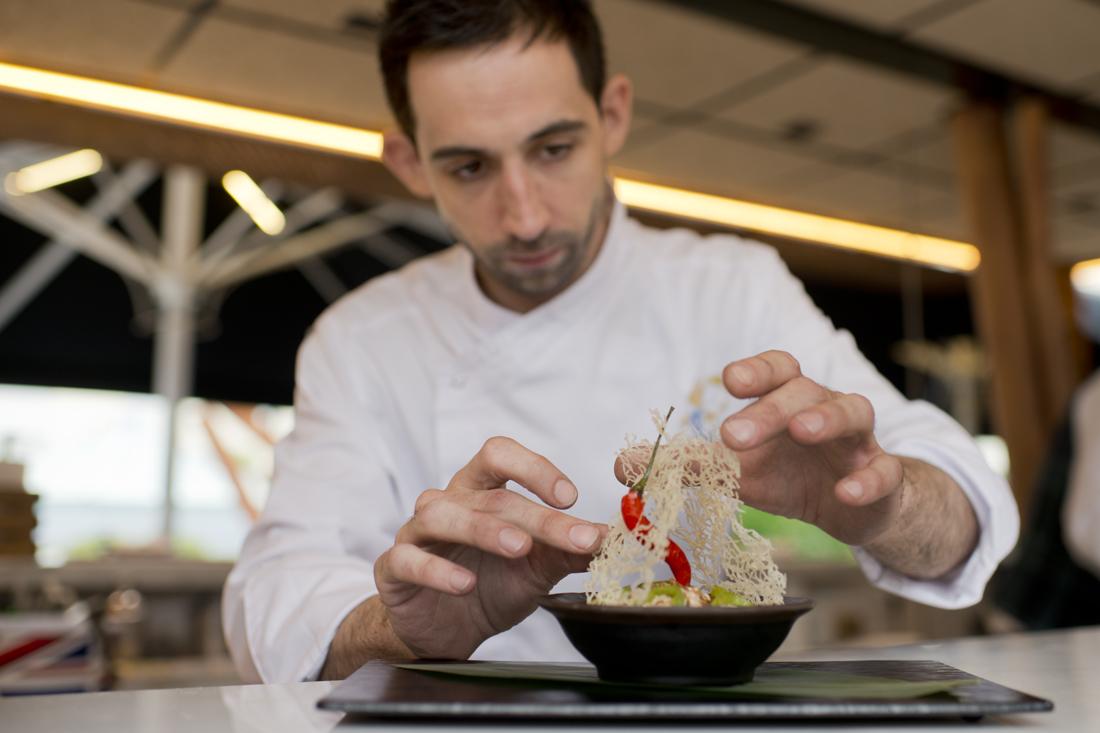 Dani Carmona y el fideo tostado a la soja en el restaurante Las Raíces del Wellington.