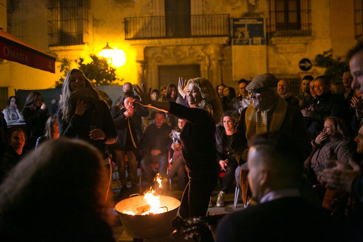 Las Zambombas, con la candela en el centro y espacio para arrancarse a cantar y bailar.