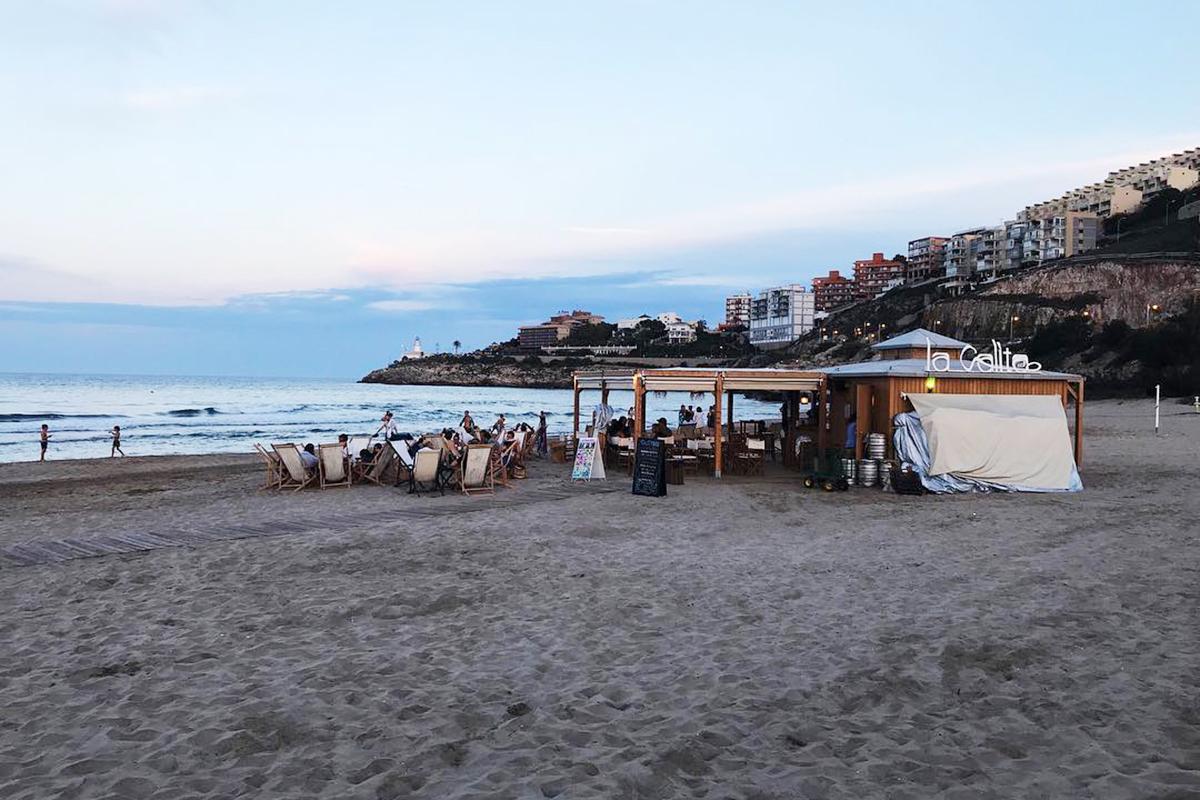 En la playa del Dosel se levanta este pequeño oasis abierto desde la mañana hasta la noche. Foto: Facebook.