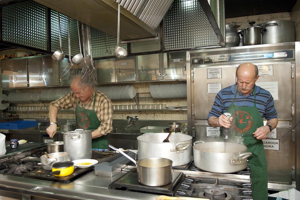 Los socios son los que cocinan. Foto: Hirian Aldizkaria. Flickr.
