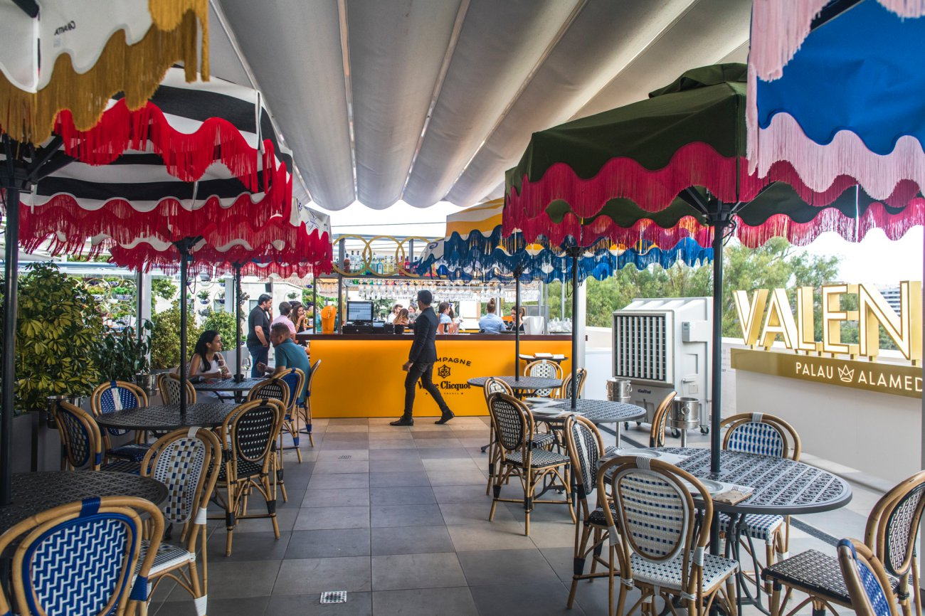 Azotea 'Àtic Alameda': mesas en la terraza