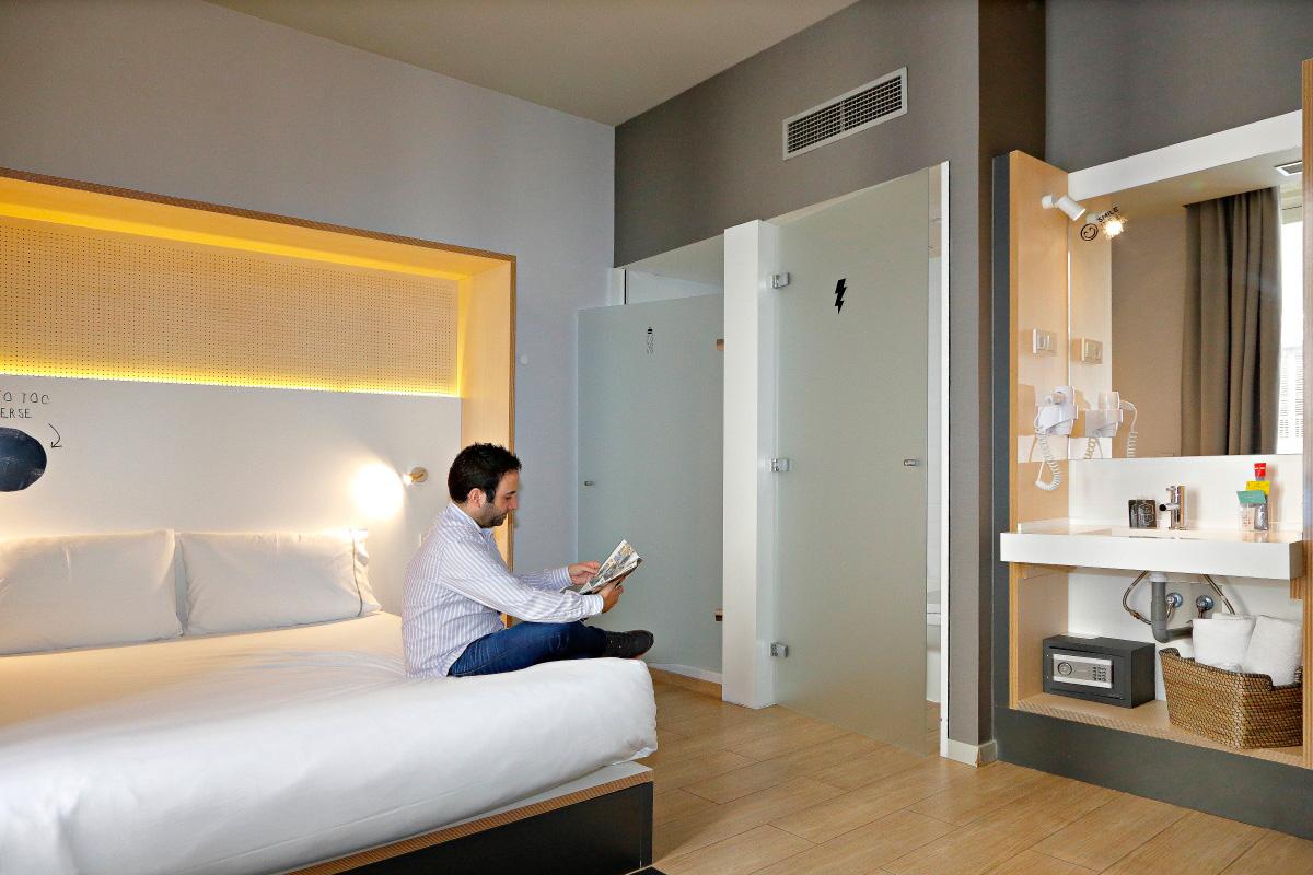 Las habitaciones dobles con baño privado también tienen su lugar en este 'hostel'.