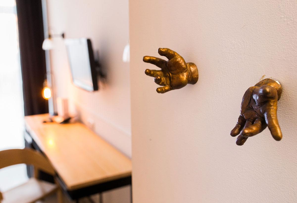 Los colgadores de bronce de Ignacio del Toro, una de las muchas sorpresas del hotel.