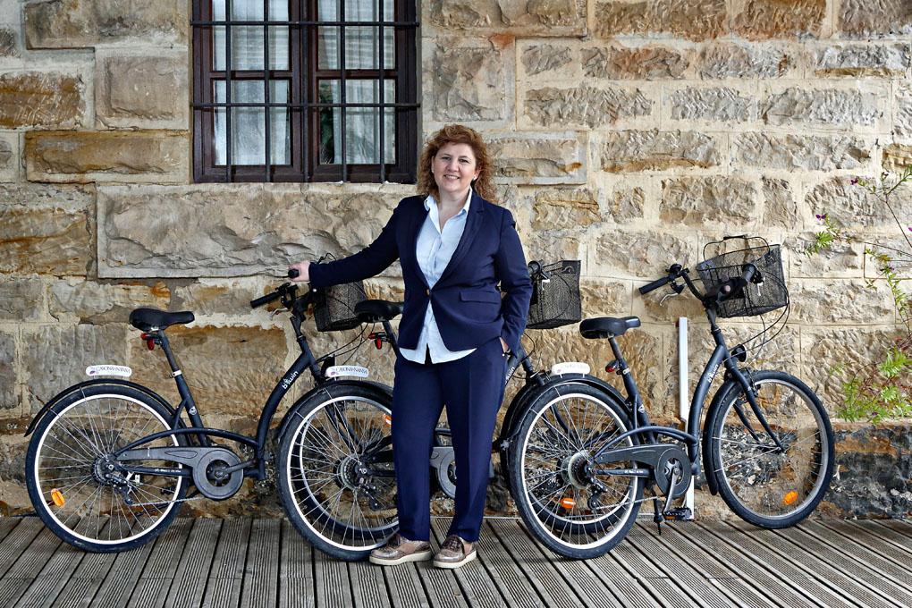 Silvia, junto a las bicicletas que prestan a los clientes de La Casona.