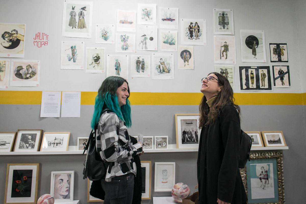 Libros, cómics y originales de los artistas dan vida a sus paredes.
