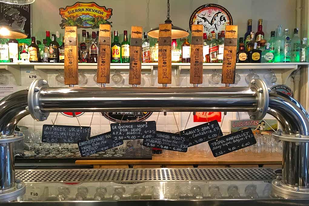 En 'Pez Tortilla' sus especialidades se riegan con una buena selección de cerveza artesana. Foto: Luis Blasco.