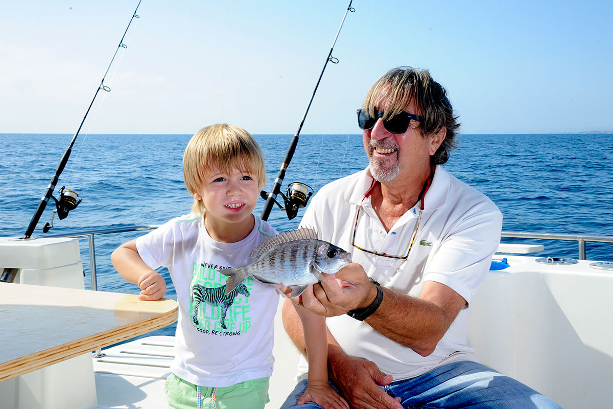 Cada familia se lleva luego su pescado a casa.