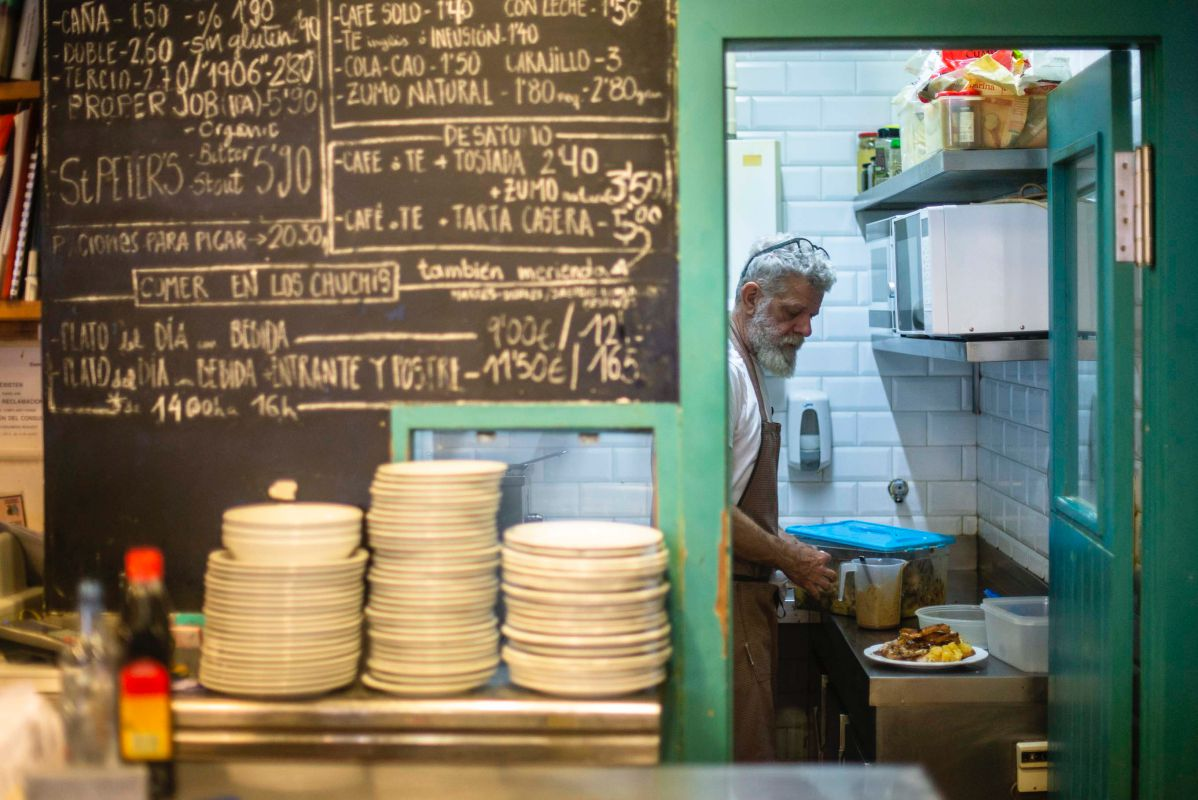 El cocinero Scott Preston de 'Los Chuchis Bar', en Lavapiés, Madrid, trabajando en su pequeña cocina.