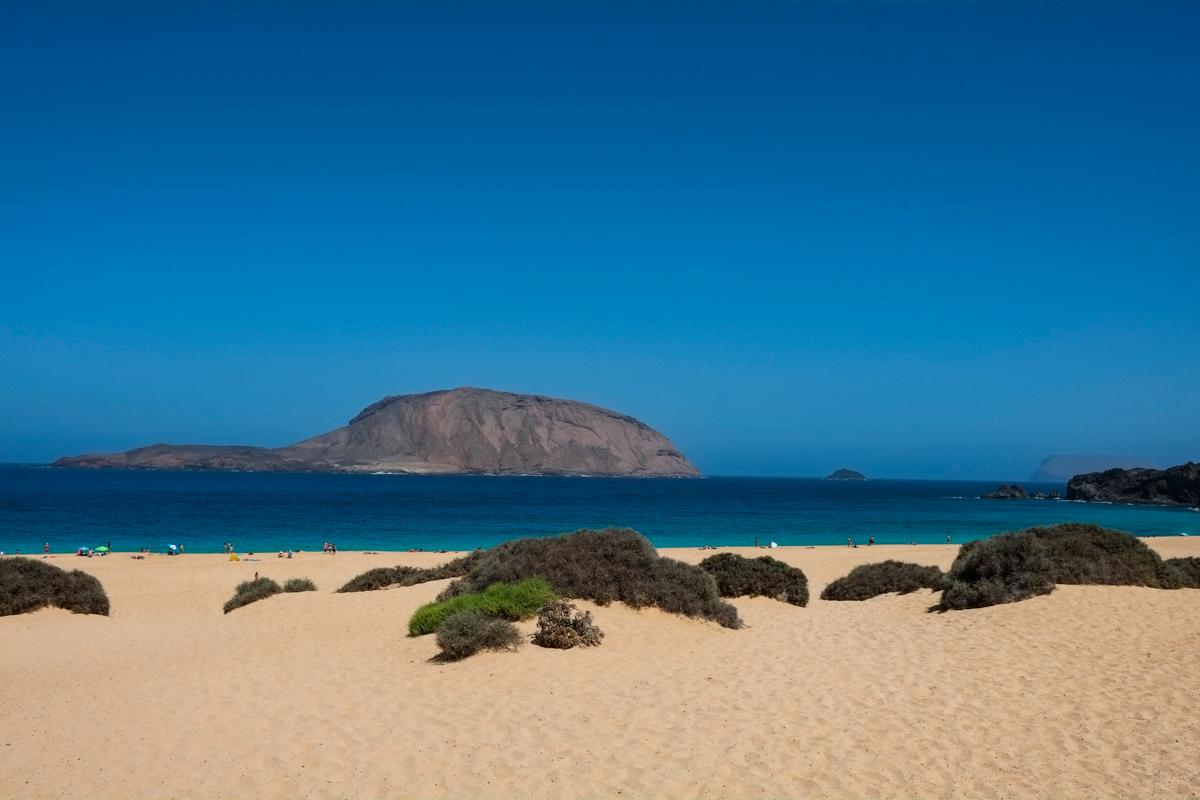 Desde la Playa de Las Conchas se ven otros islotes del archipiélago de Chinijo.