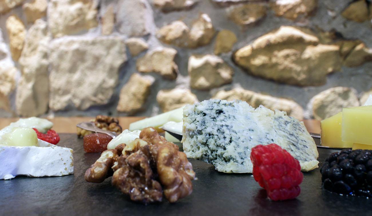 Una buena tabla de quesos para compartir con familiares, amigos o compañeros de trabajo.