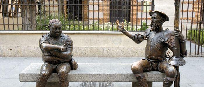 Figuras de Sancho y Don Quijote en la calle Mayor de Alcalá.