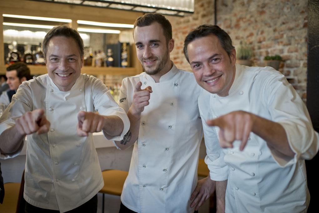 Javier y Sergio posan junto a Damián González, jefe de cocina de Dos Cielos Madrid.