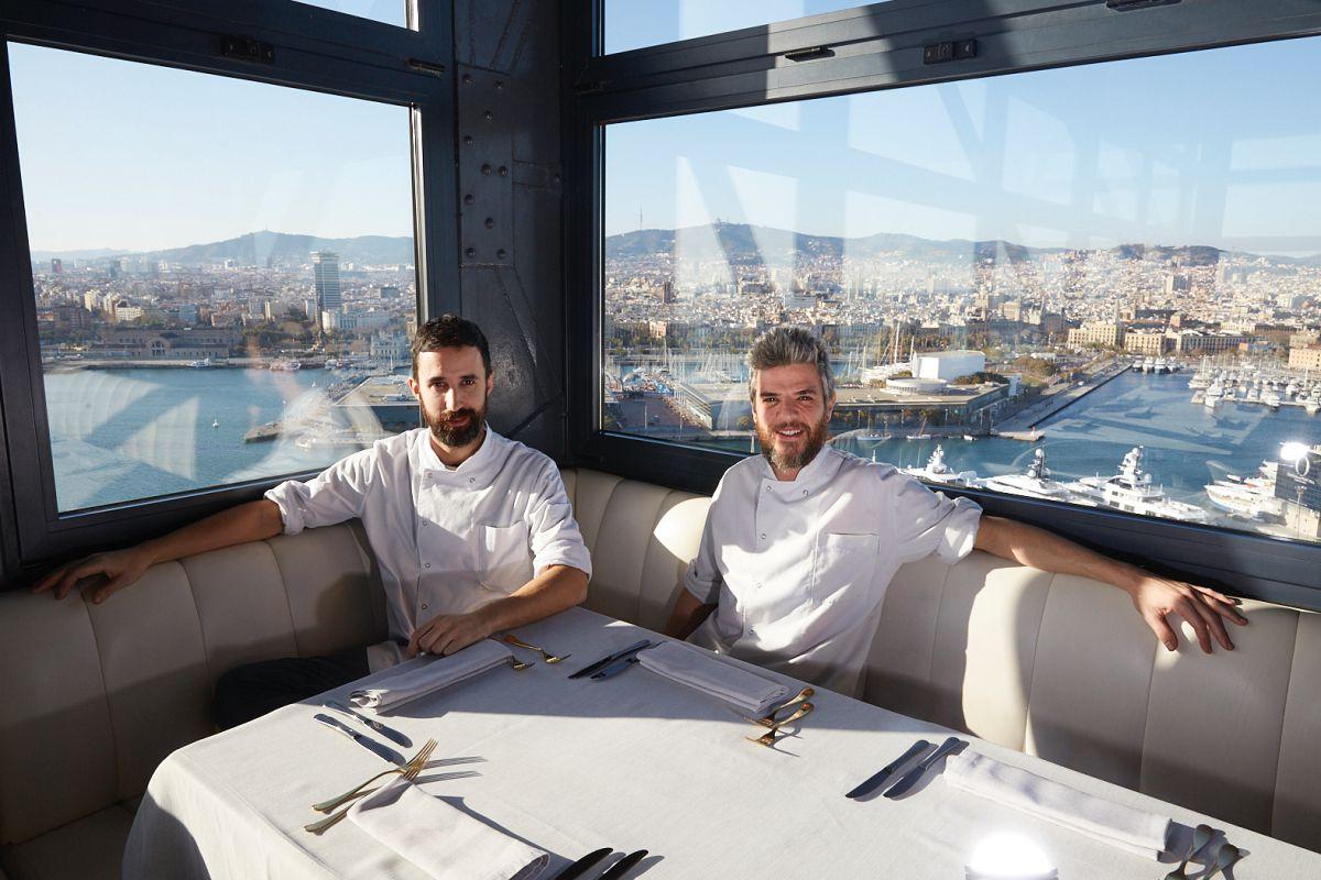 Los chefs Albert Dolcet y Joan Martínez con las vistas del restaurante de fondo.