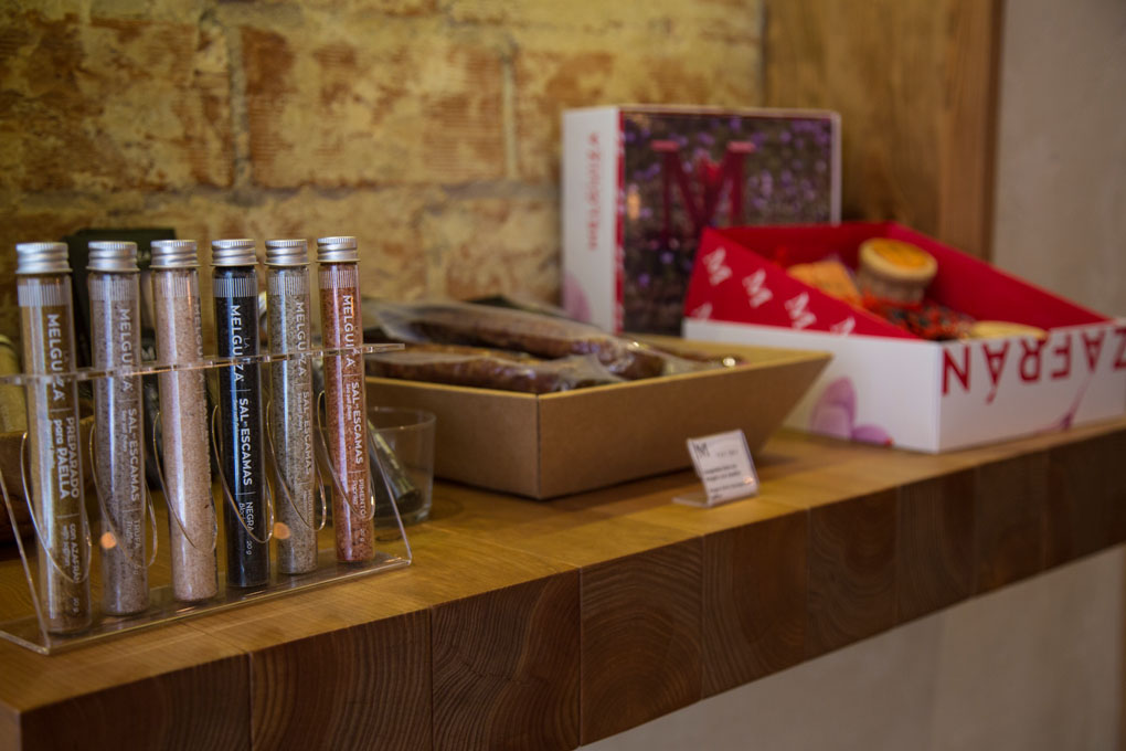 El azafrán se utiliza no solo en gastronomía, sino en productos de cosmética.