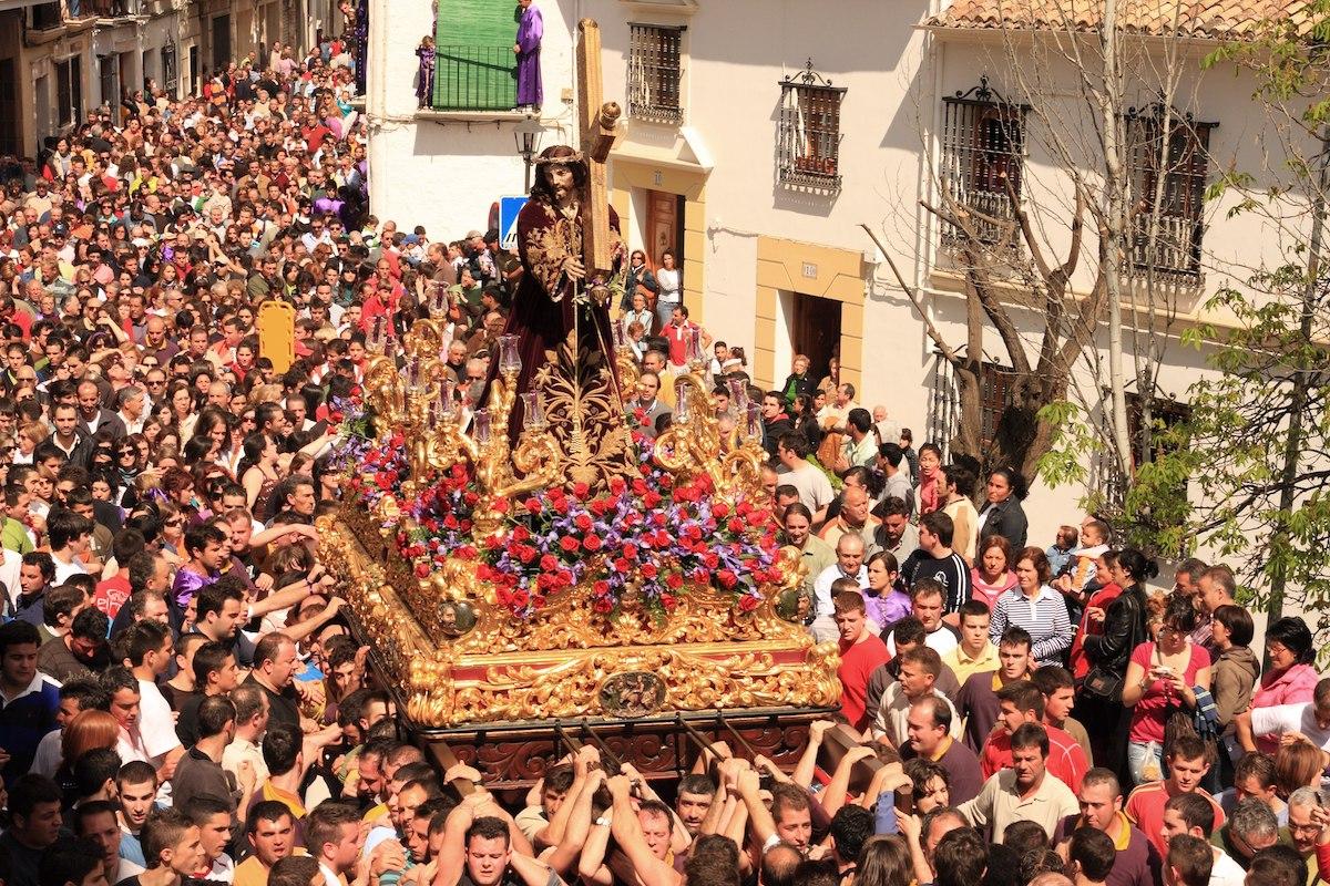 El Nazareno por las calles del pueblo. Foto: Turismo de Priego.