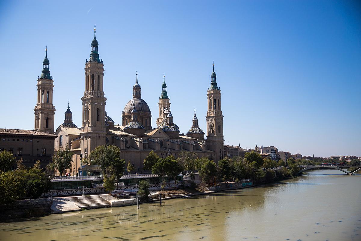 Vista de la Basílica de Zaragoza desde el exterior.