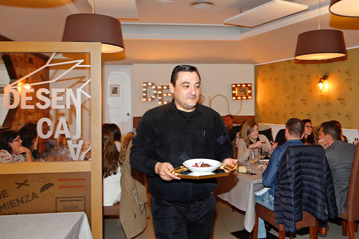 Jesús Sáez, hermano del chef, capitanea la animada sala.