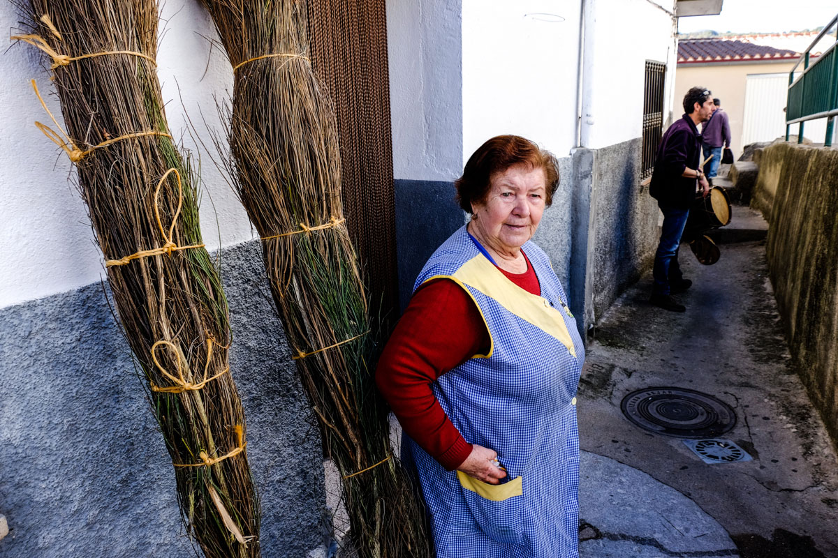 Felicita, en un primer plano, siempre hace migas para las fiestas; y, al fondo, Ángel Sánchez, tamborilero.