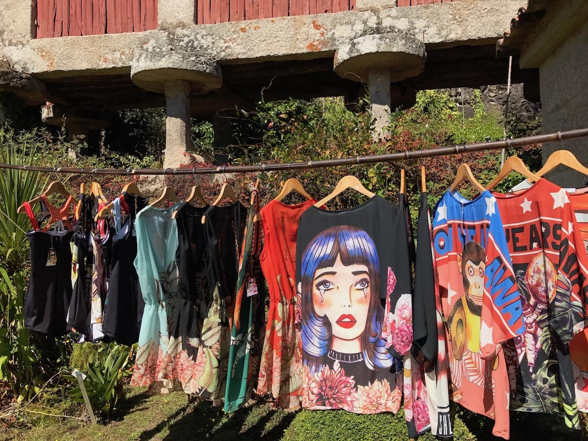 Los diseños coloridos destacan en el verdor de este pazo gallego que podrás visitar previa cita. Foto: Amaia Rodríguez.