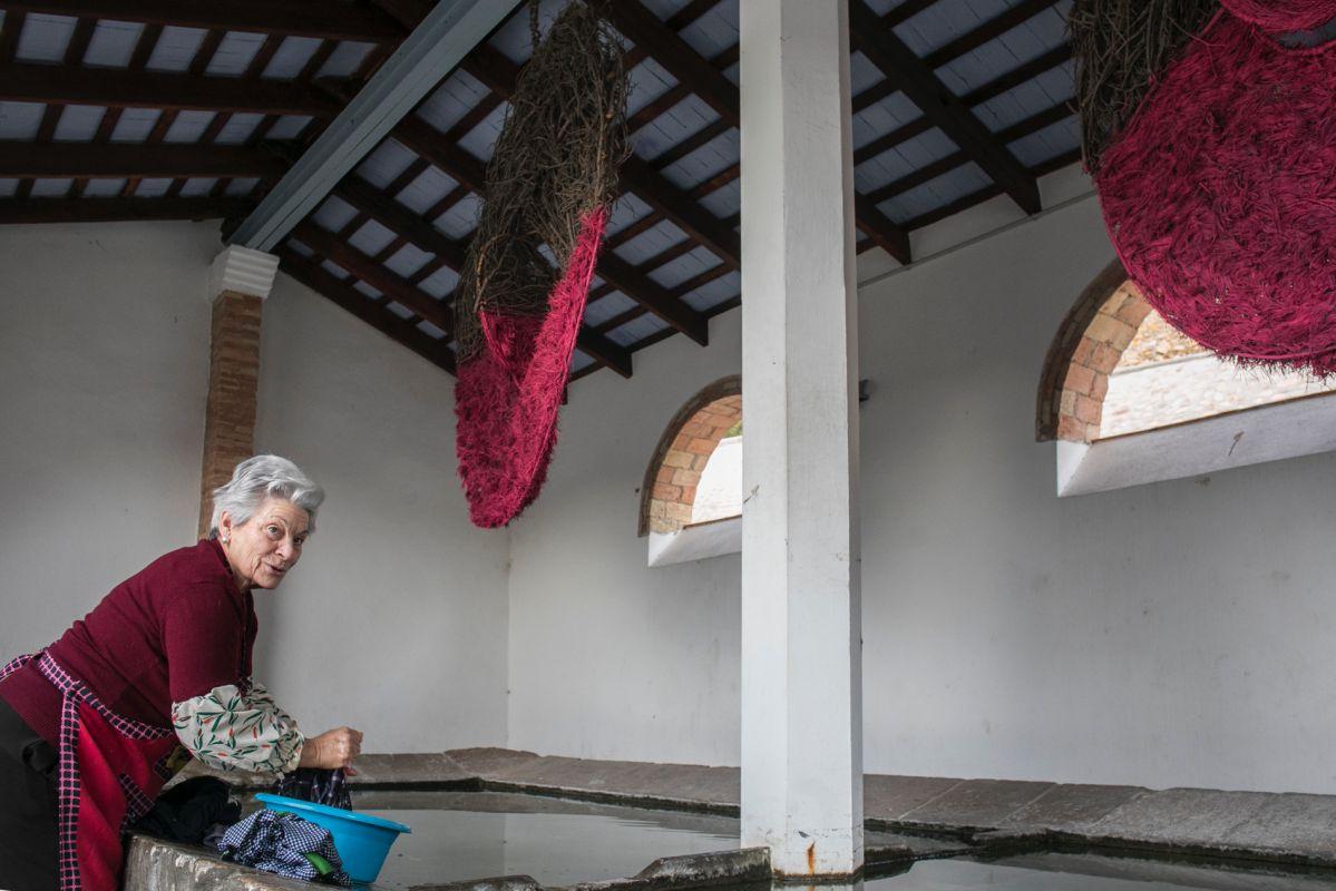 En este lavadero, aún activo, luce la instalación de la florista Foix Cervera.