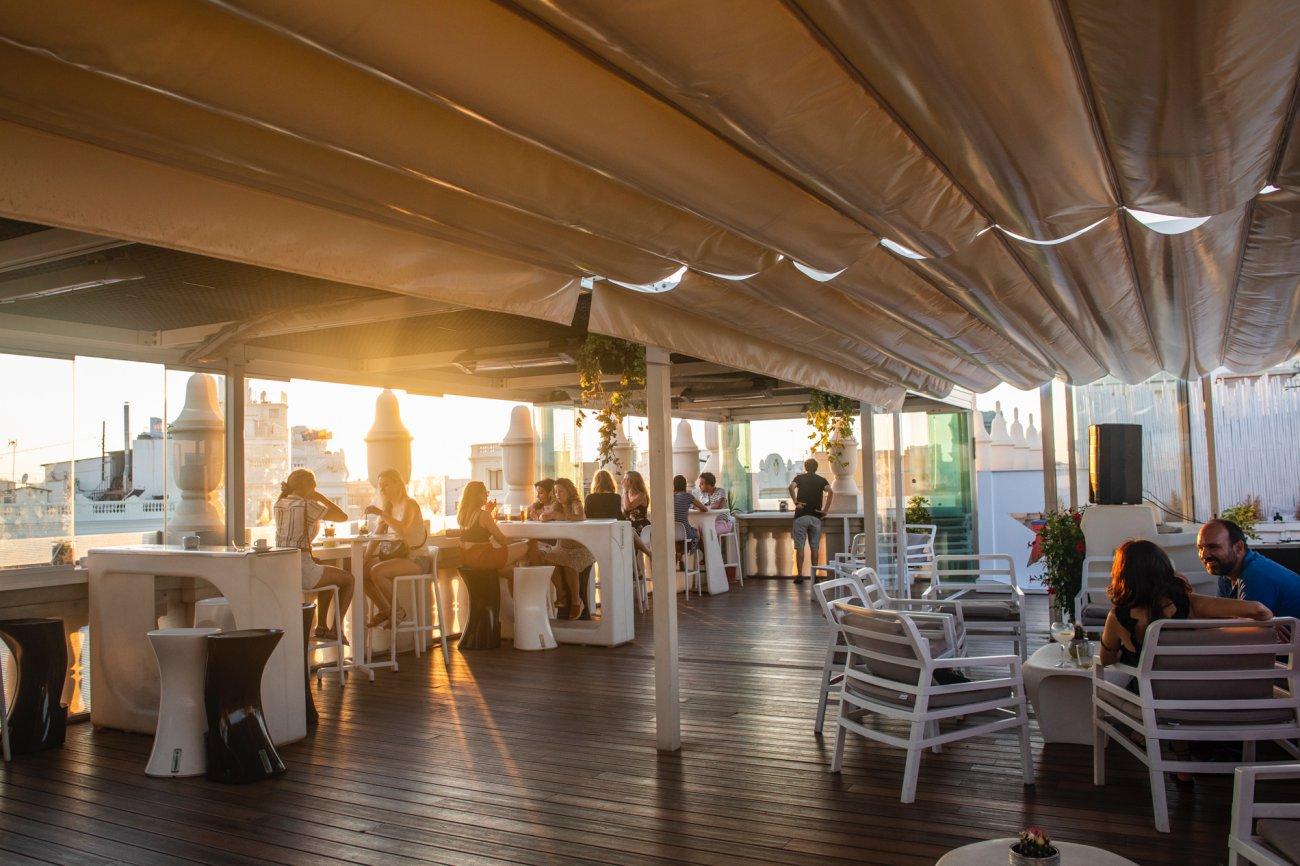 Azotea 'El Mirador del Ateneo': terraza con clientes (2)