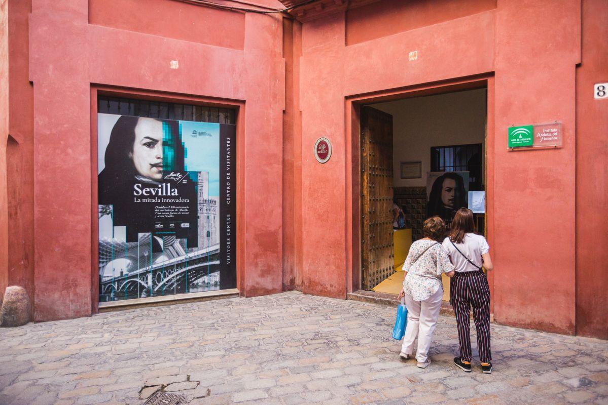 Unas mujeres junto a la puerta del Museo Casa de Murillo, en Sevilla.