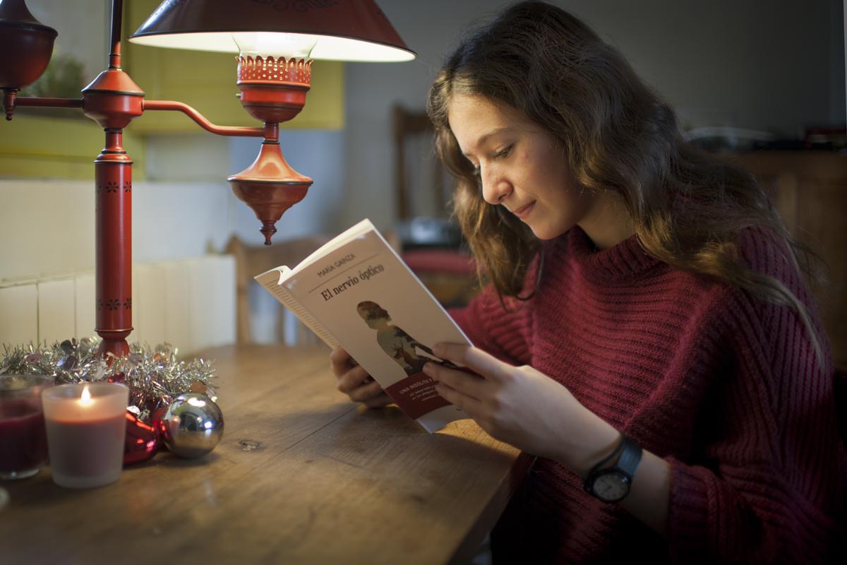 Adolescente leyendo 'El nervio óptico'