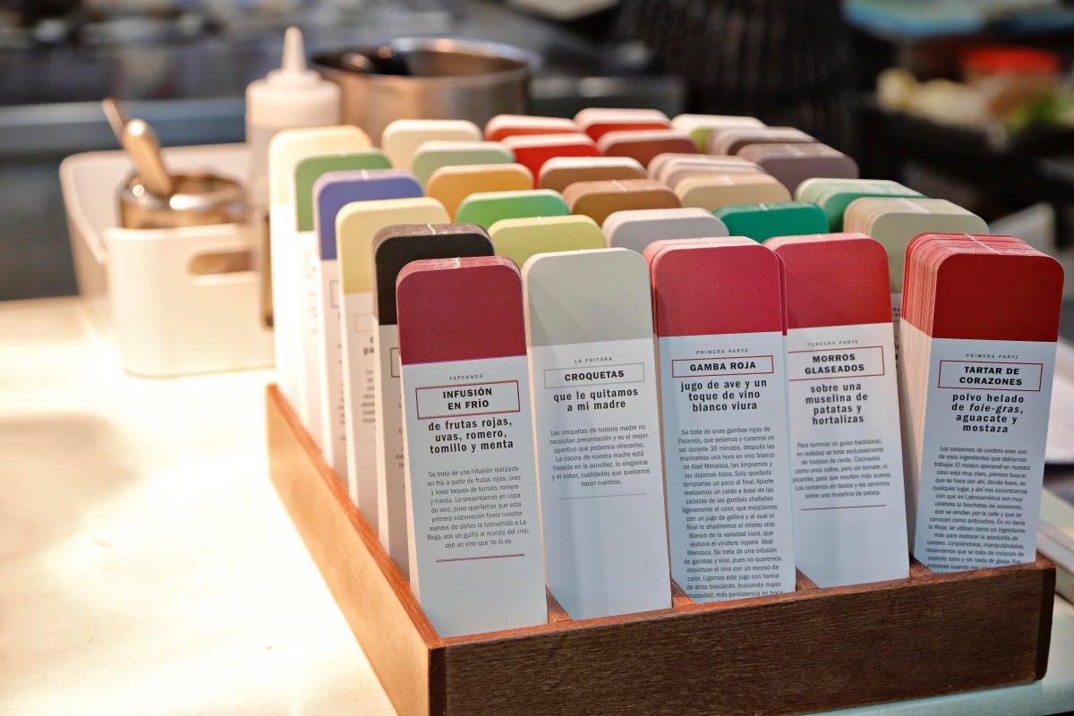 Restaurante 'El Portal de Echaurren'. Los tarjetones de colores con los que se presenta cada plato al comensal.