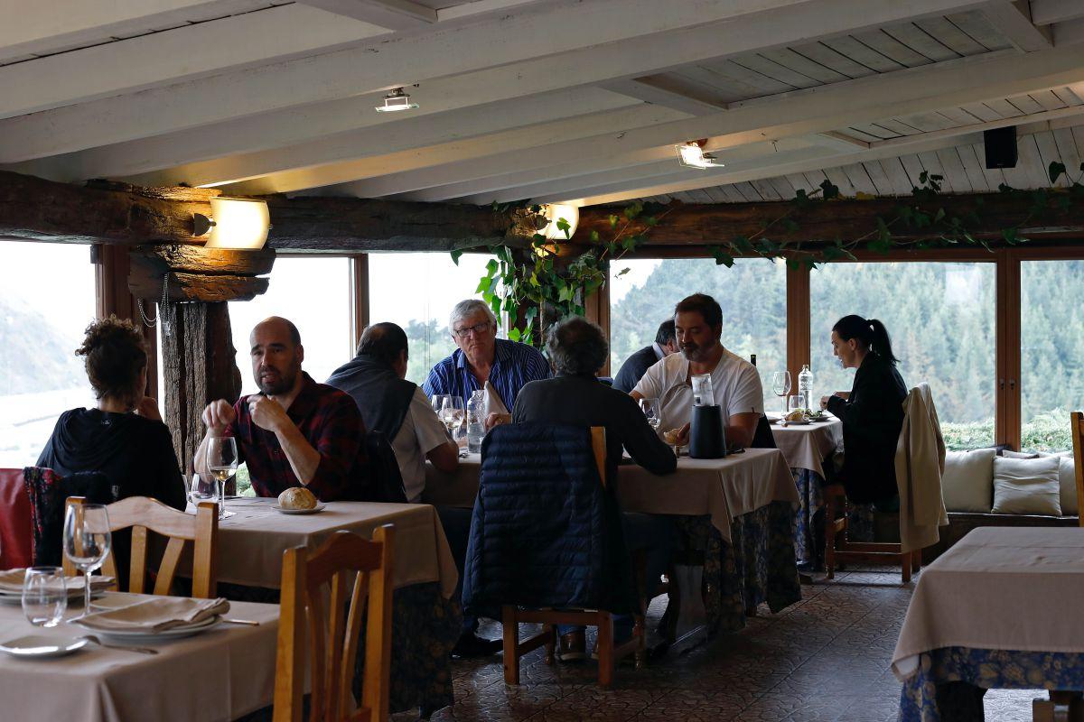 Ambiente en el interior de la sala del restaurante 'San Martín', en Orio, Guipúzcoa.