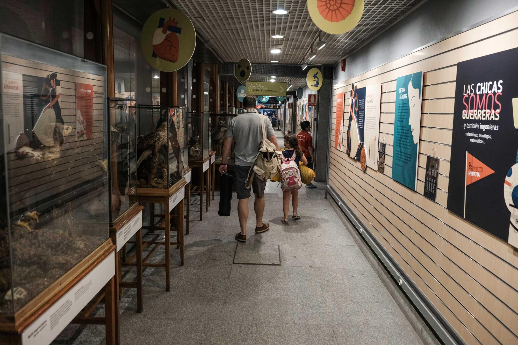 Atravesar los pasillos del museo con la esterilla y el saco para pasar la noche, emocionante.
