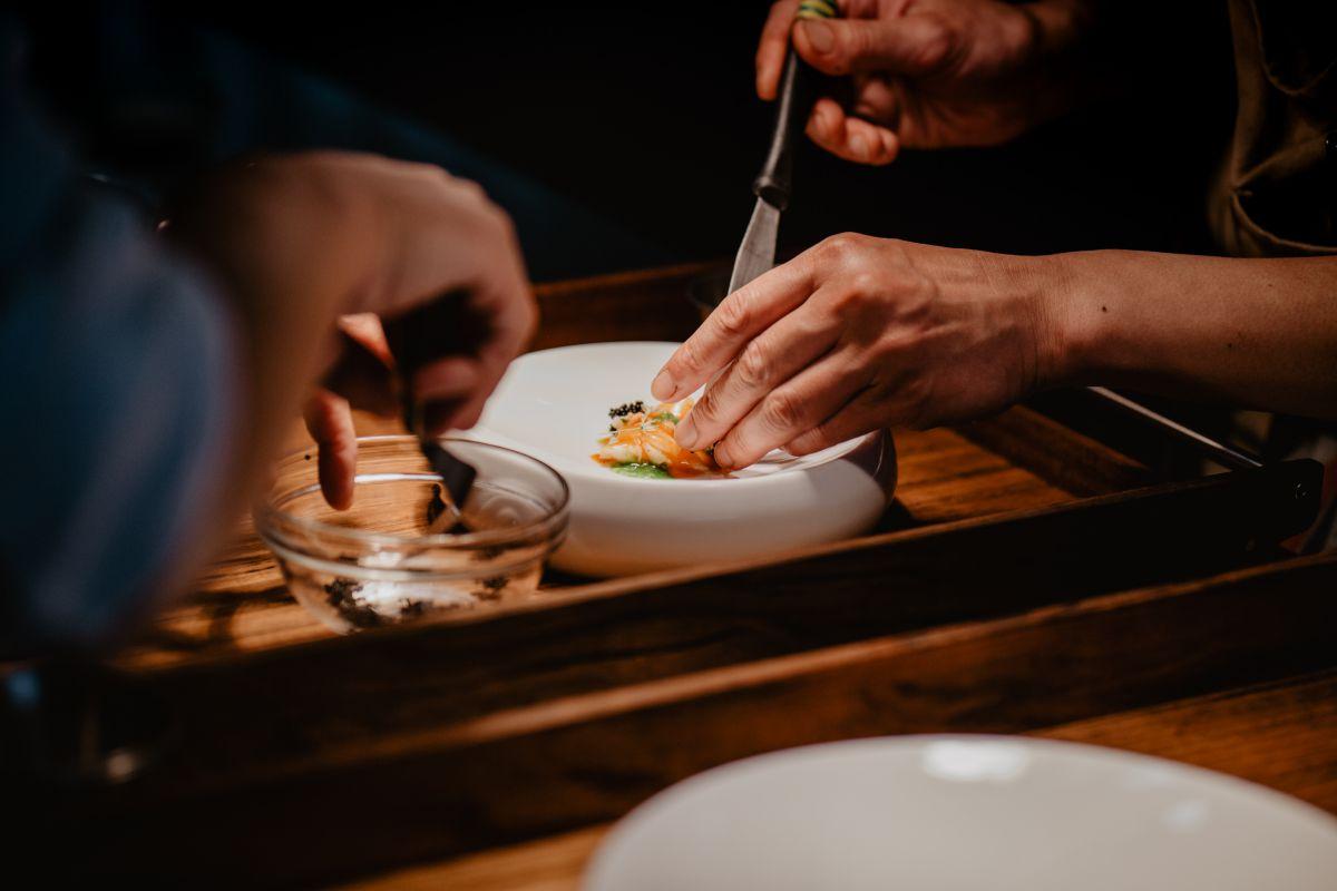 En la cocina del restaurante 'Culler de Pau' en O Grove, Pontevedra, dibujando paisajes a cuatro manos en los platos.
