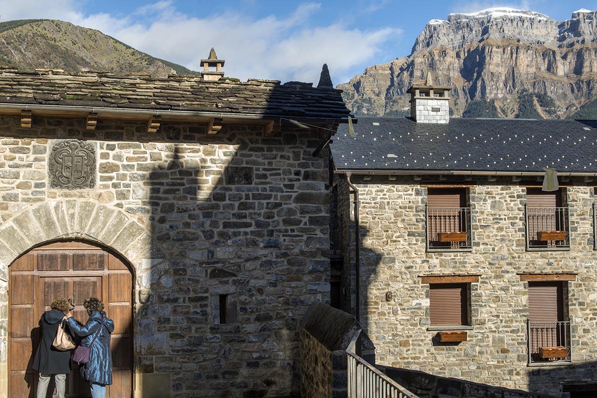 Las casas fortaleza con escudo caracterizan la villa medieval.