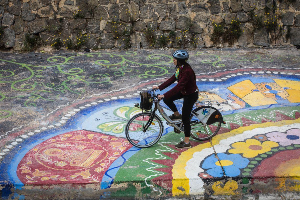 Con la bici por el cauce seco del río Vinapoló, en el que está pintado uno de los murales de mayor extensión de Europa.