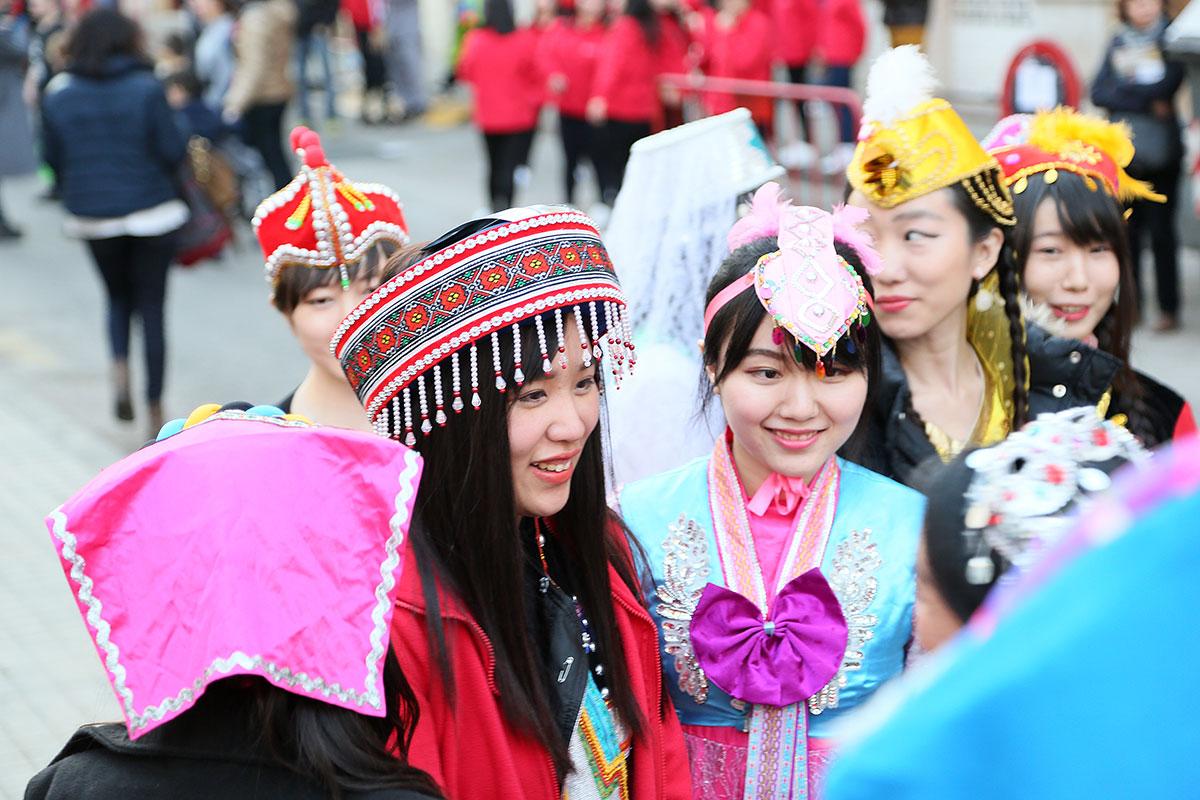 La vestimenta, de lo más colorida. Foto: Instituto Confucio de Valencia.