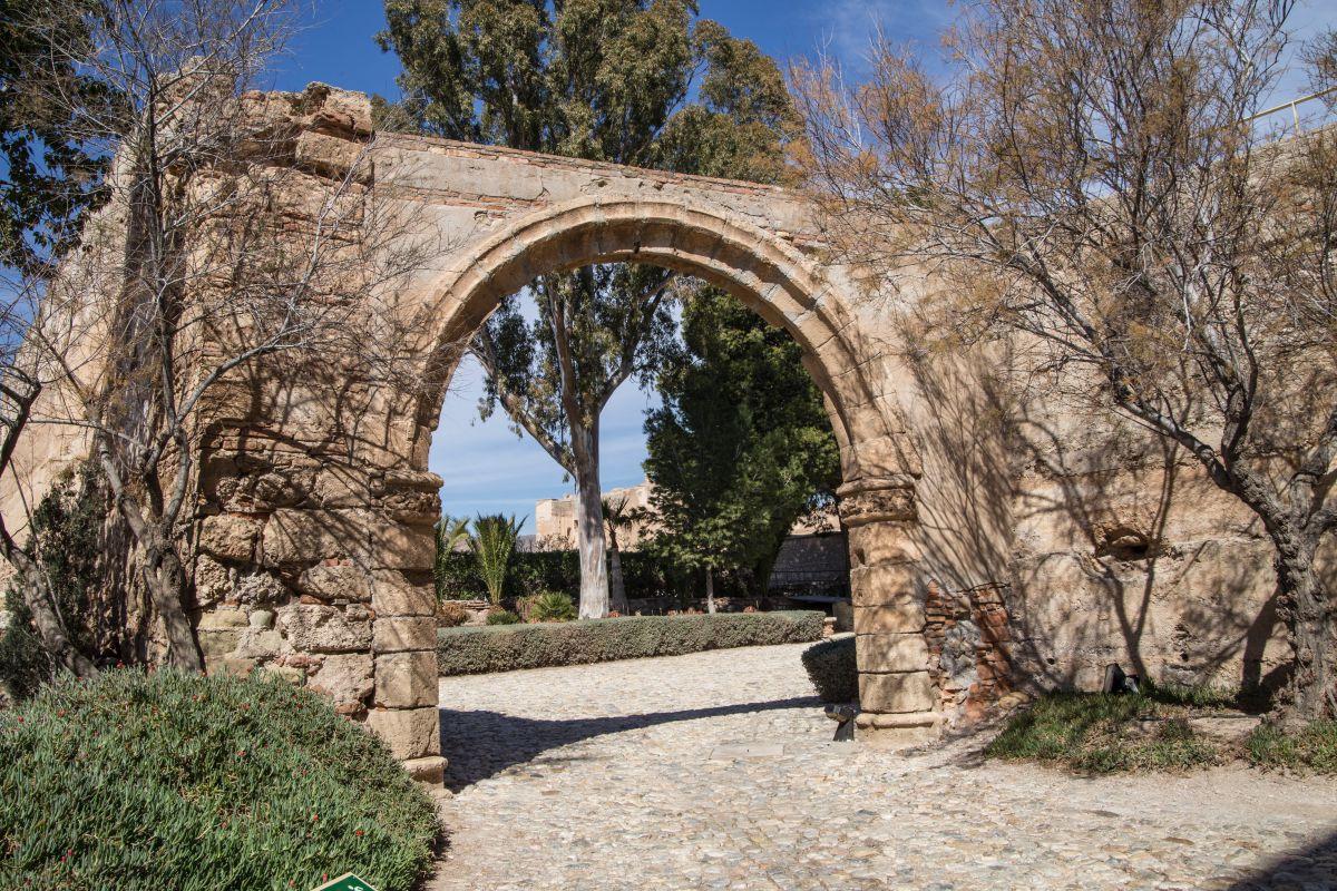Entrada a uno de los espacios de La Alcazaba, en Almería.
