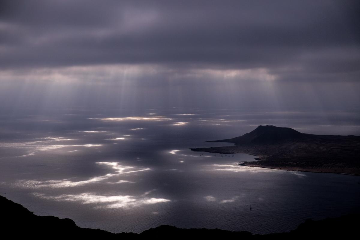 Desde el norte de Lanzarote se puede ver la isla de La Graciosa a tiro de piedra.