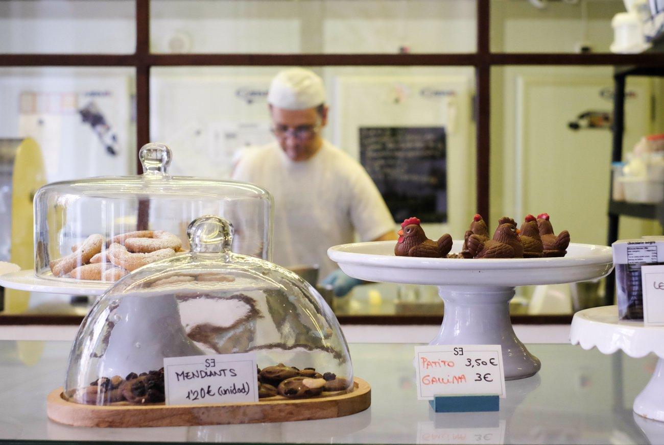 Café 'Santa Eulalia': mostrador de dulces