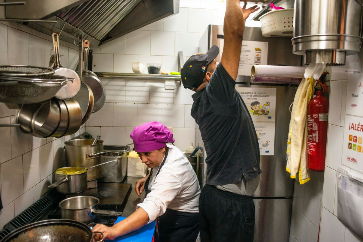 Lili Chávez, cocinera de 'La Tragantúa', en Madrid, en su reducida cocina trabajando.