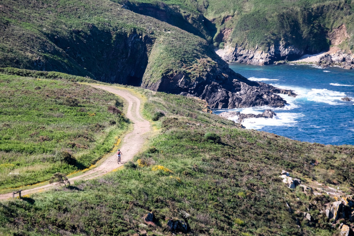 Los acantilados de la ruta sur estremecen al más imperturbable de los viajeros.