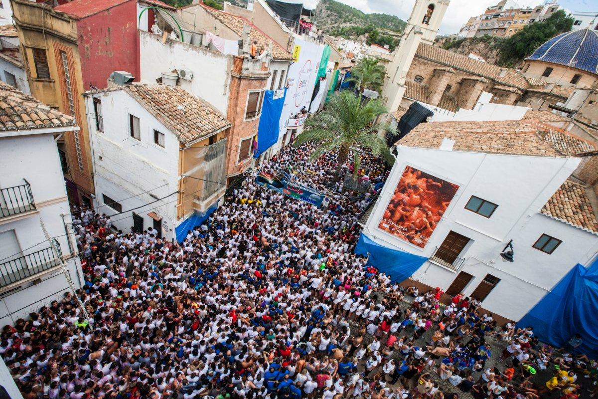 En la plaza de Buñol, esperando a que comience la batalla de tomates.