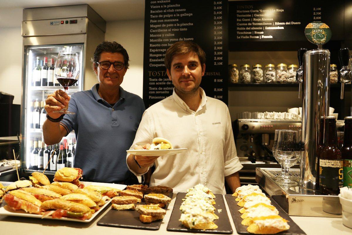 Eduardo y Ander Bretón, propietarios del Bar Iturrioz. San Sebastián. Foto: Ritxar Tolosa (ondojan.com).