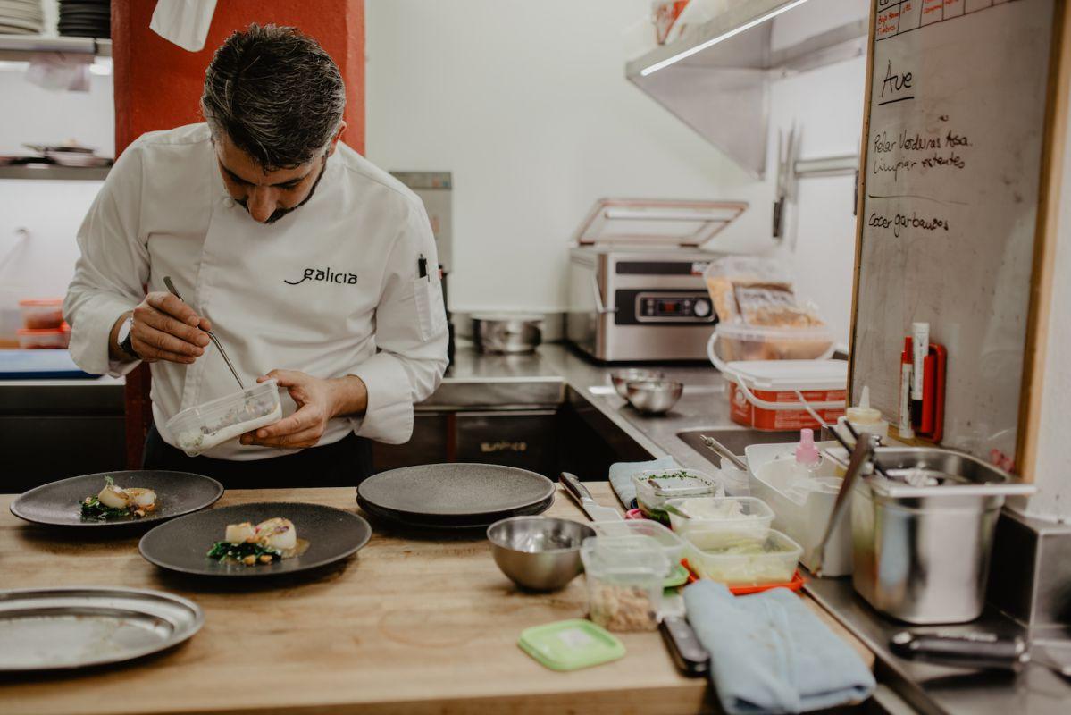 Emplatando las vieiras con espinaca fresca, avellana tostada, nabo, mantequilla de cítricos casera y ralladura de lima.