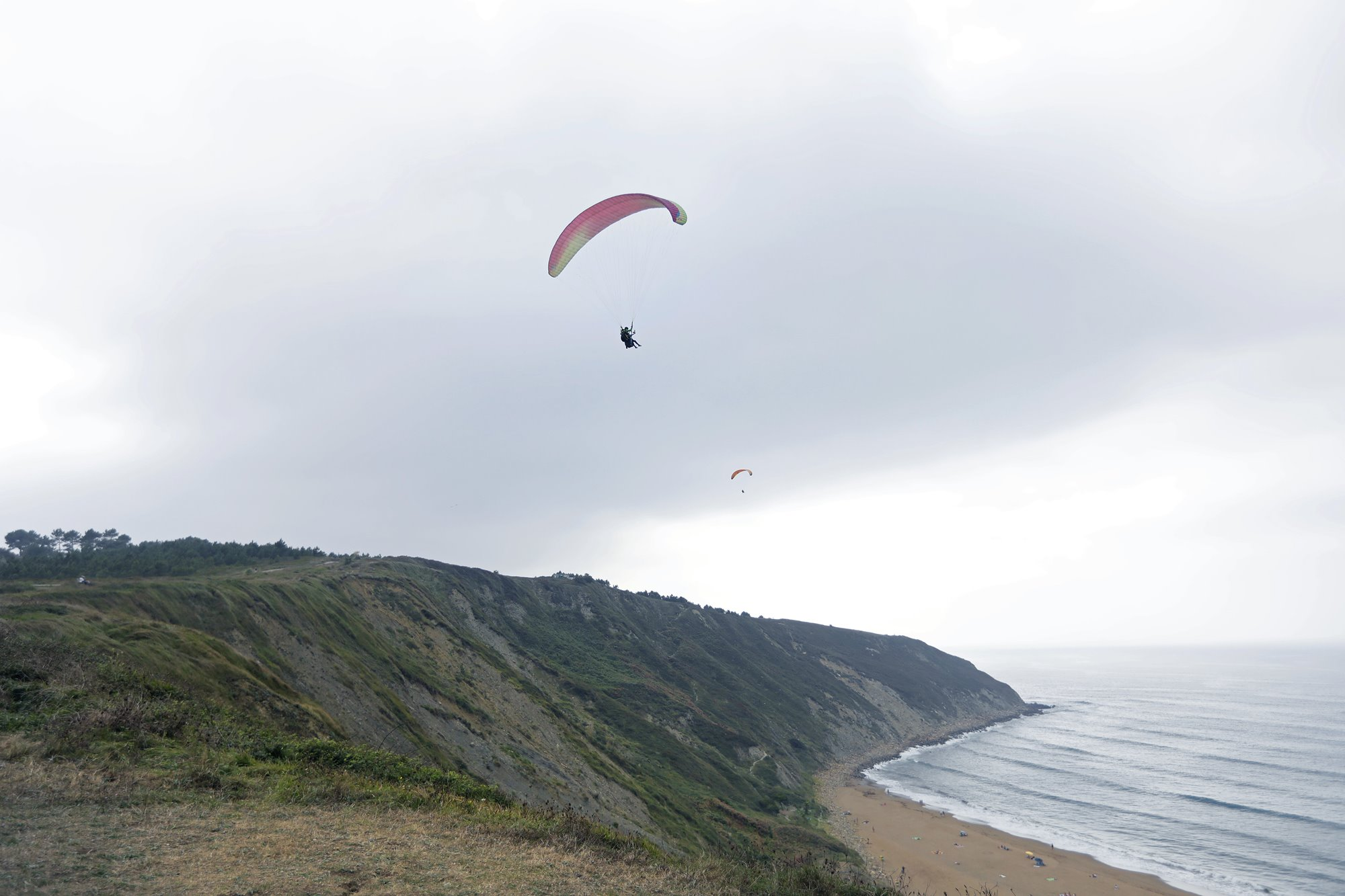 Cuando hay suficiente viento el parapente baja planeando hasta la playa de Sopelana.