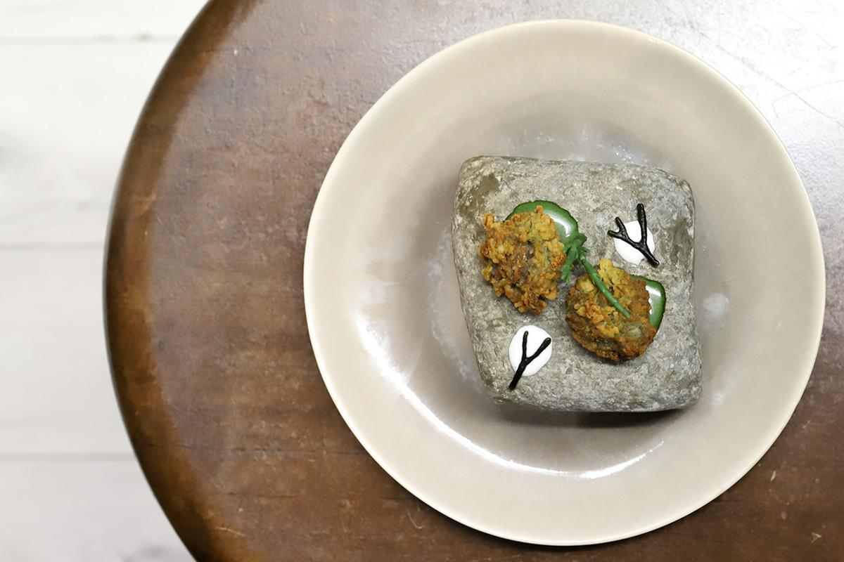 """""""Ortiguillas"""" de nuestras rocas fritas con mayonesa de algas."""