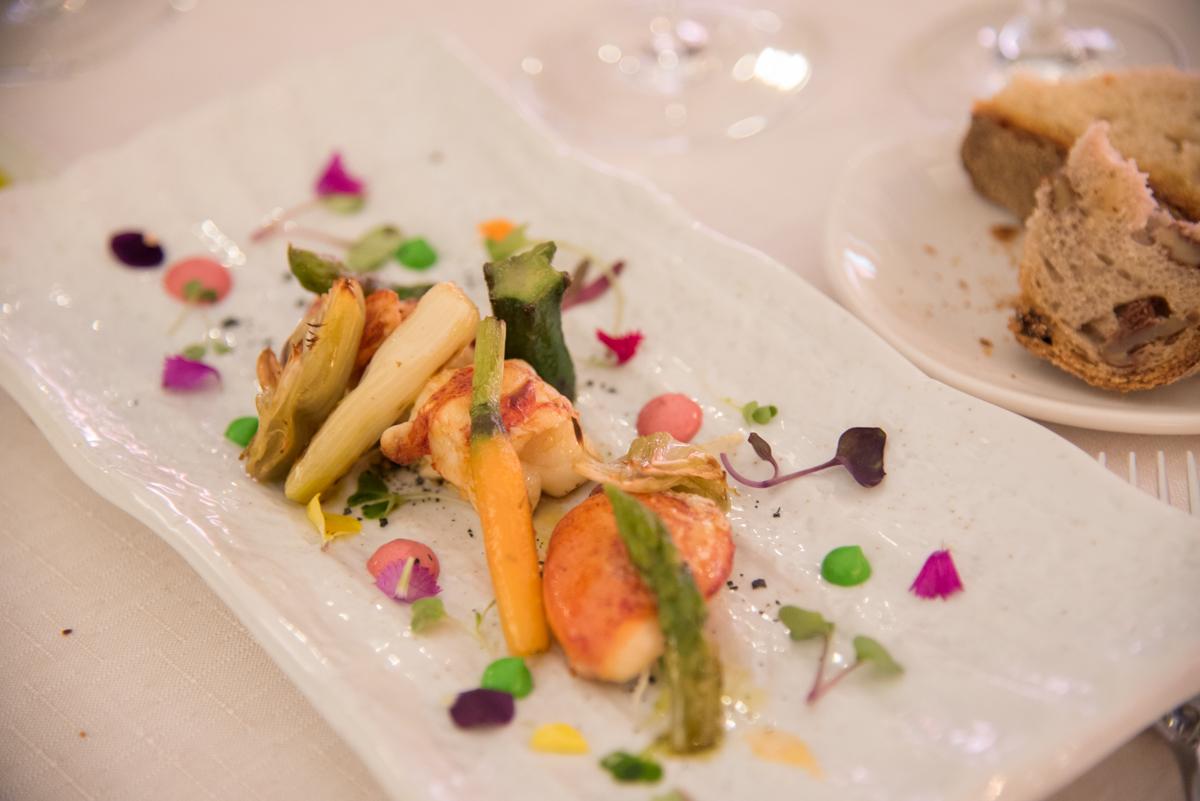 La ensalada templada de bogavante con verduras salteadas y emulsión de su coral.
