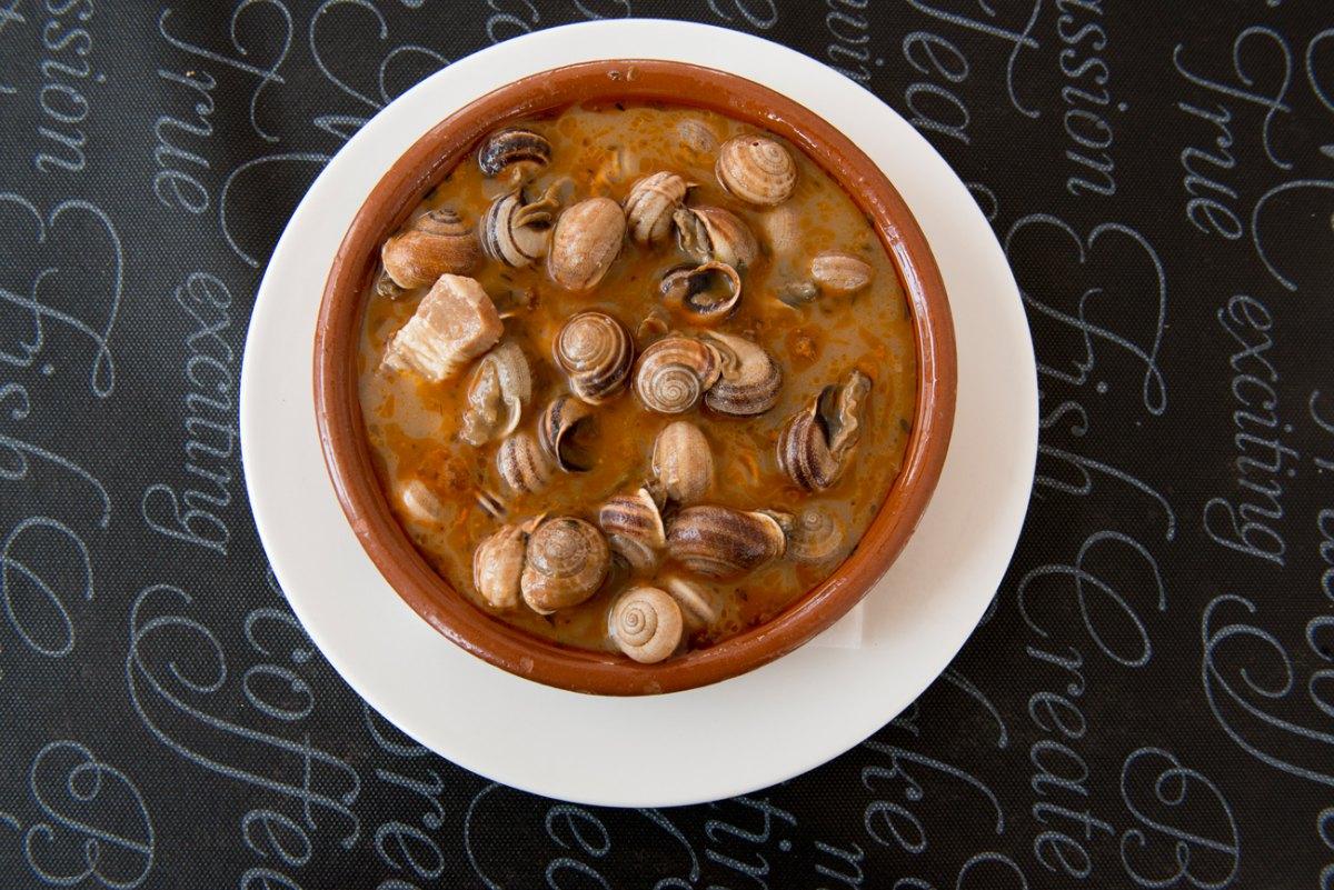 La salsa de los caracoles típica de la región a base de jamón, tocino, comino y pimienta obliga a mojar pan.